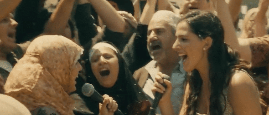 何故か歌を歌う民衆