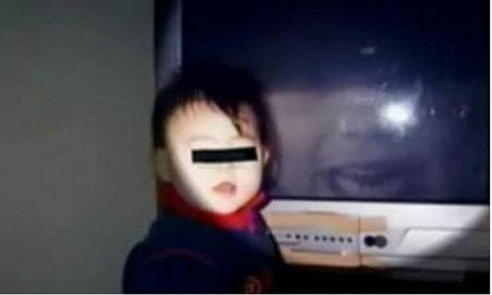 幼い子供とテレビに映る霊
