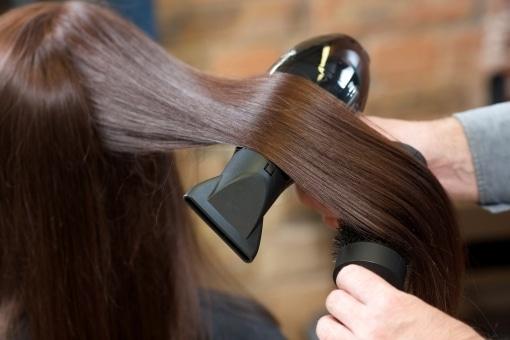 おしゃれに髪を乾かす人