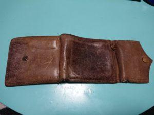 茶色の財布の裏側