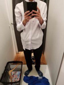 白シャツ、黒ジョガーパンツ