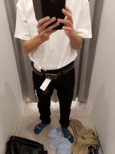 白Tシャツ、黒スキニー、茶ベルト