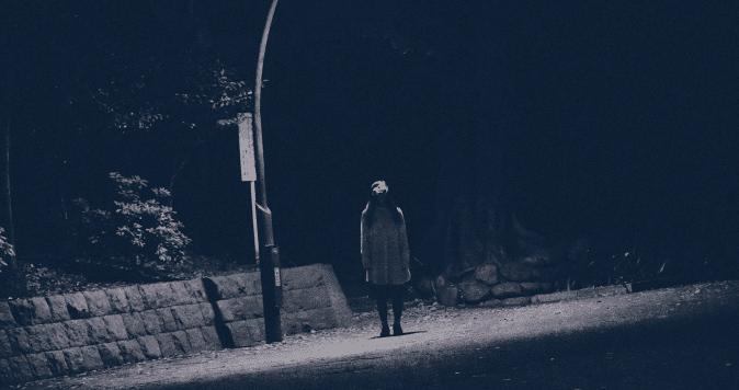 薄暗い夜道