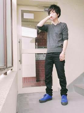 青いスニーカーファッション