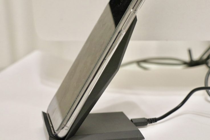 nanamiのワイヤレスで充電する様子を斜めから見た図