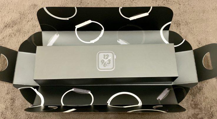 Apple Watch series4の箱を広げた図
