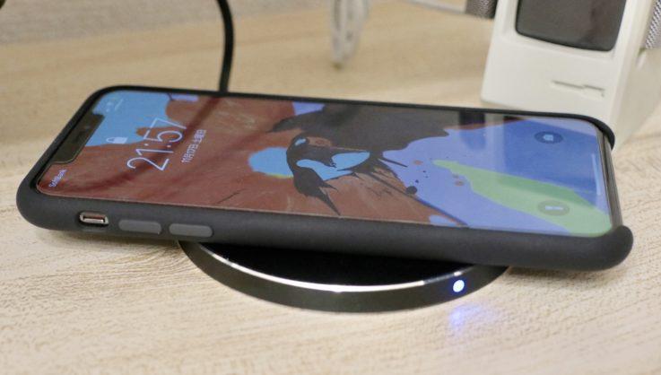 Apple純正シリコンケースiphoneXS MAX用 ブラックを装着した時のワイヤレス充電の様子