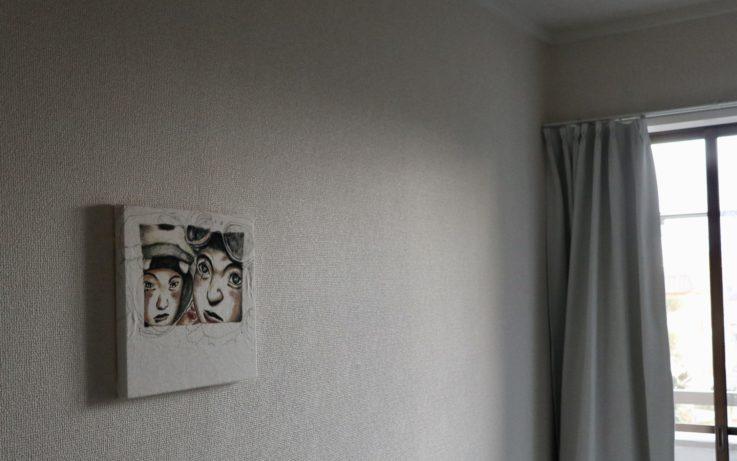 ファブリックパネルを飾った部屋
