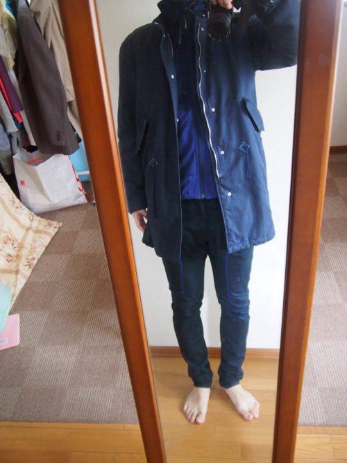 青いパーカーとコートのコーディネート