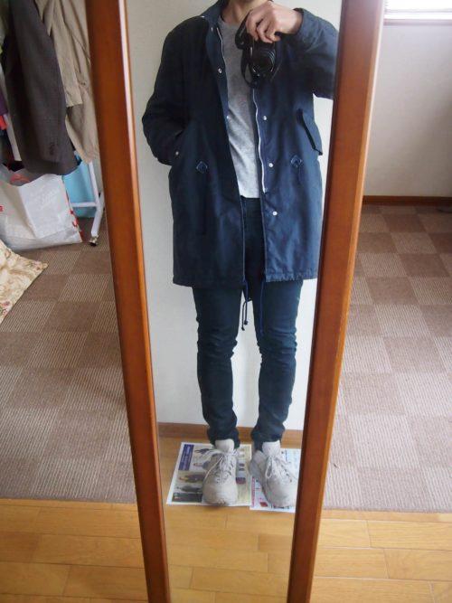 靴とグレーのTシャツとコートのコーディネート