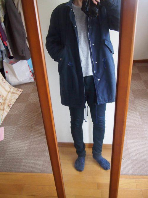 グレーのTシャツとコートのコーディネート