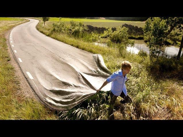 道路を引きずる男