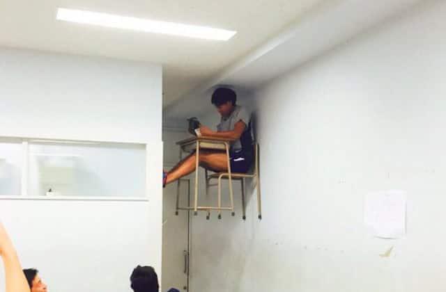 天井と机と男性