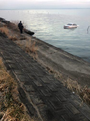 警官と水没した車
