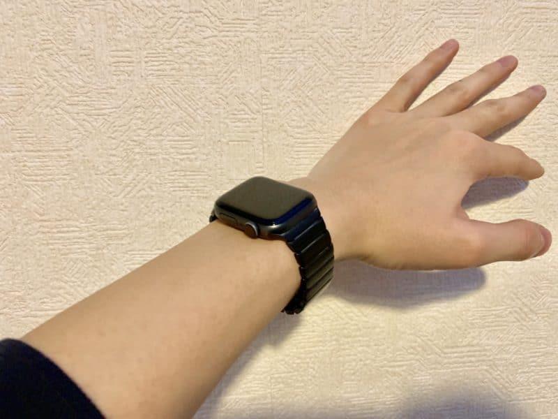 Makerのリンクブレスレットを腕にはめた図