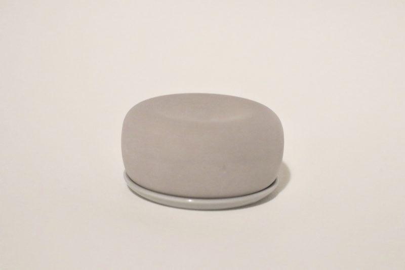 皿の上の無印のアロマストーン