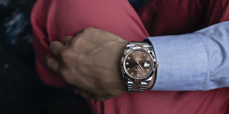 ステンレスケースの腕時計をはめた男性