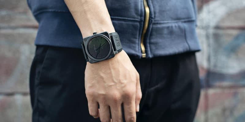 ラバータイプのバンドの腕時計をした男性
