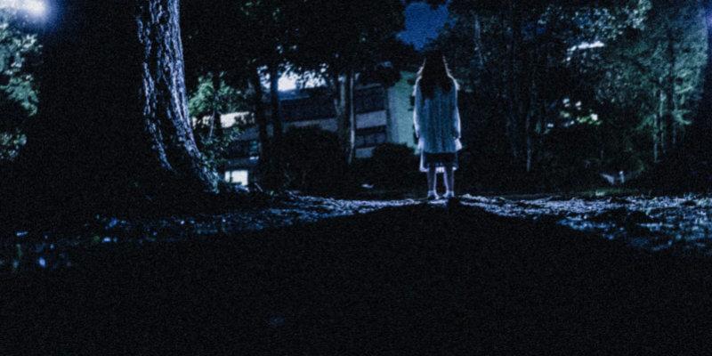 暗い場所に佇む少女